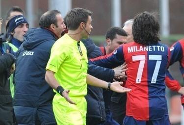 Un arbitro della Lega Calcio, foto Ansa