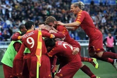 La gioia dei giocatori giallorossi (foto: Ansa)