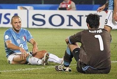 Buffon a terra con la maglia della Nazionale (Foto Ansa)