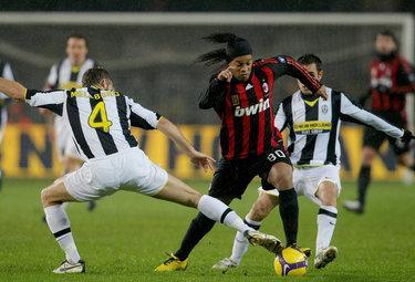 Ronaldinho attaccante del Milan (Foto Ansa)