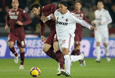 Ronaldinho con la maglia rossonera (Foto Ansa)
