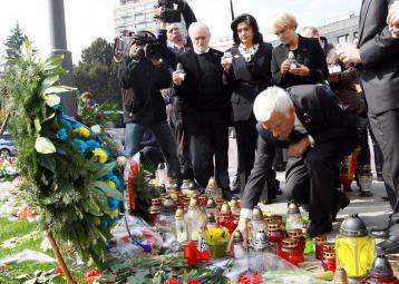 Fiori per le vittime del disastro aereo