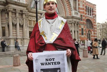 Un manifestante anticattolico protesta contro la visita del Papa (ANSA)