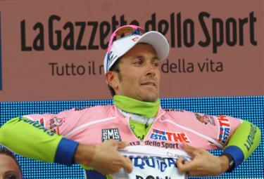 Basso con la maglia rosa (Foto Ansa)