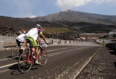 Ciclisti ai piedi dell'Etna (Foto Ansa)