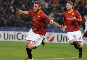 De Rossi e Totti festeggiano dopo il gol (Foto Ansa)