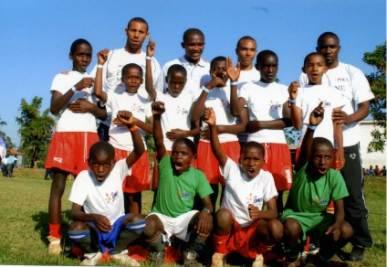 Eto'o in Camerun con i bimbi della sua fondazione