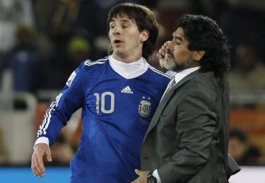 Messi con l'ex ct Maradona (Foto Ansa)