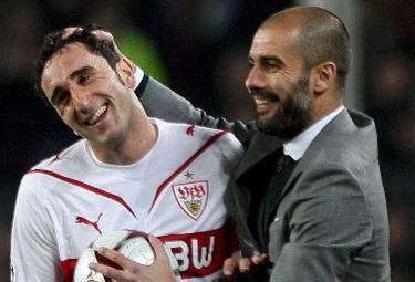 Molinaro sorride con Pep Guardiola (Foto Ansa)