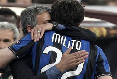 mourinho_milito_abbraccio_R375x255_23mag10.jpg