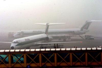 Nebbia all'aereoporto di Linate (Foto Ansa)