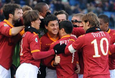 Roma: giocatori gialllorossi festeggiano (Foto Ansa)
