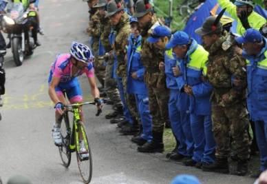 Michele Scarponi mentre sale sullo Zoncolan (Foto Ansa)