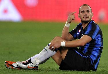 Sneijder a terra nel finale (Foto Ansa)