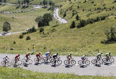 Ciclisti in immagine di repertorio (Foto Ansa)