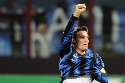 Capitan Zanetti festeggia dopo il gol (Foto Ansa)