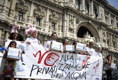 Una manifestazione a sostegno del referendum sull'acqua (Foto Ansa)