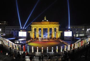 I festeggiamenti in Potsdamer Platz per il ventesimo anniversario della caduta del Muro di Berlino (Foto Ansa)