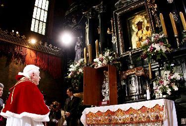 Benedetto XVI in preghiera al santuario di Czestochowa (Foto Ansa)