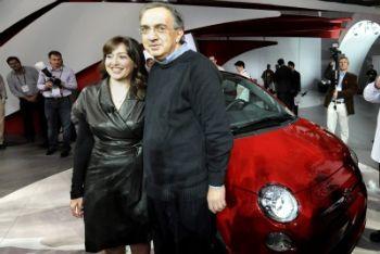 Sergio Marchionne con la 500 al Salone dell'auto di Detroit (Foto Ansa)