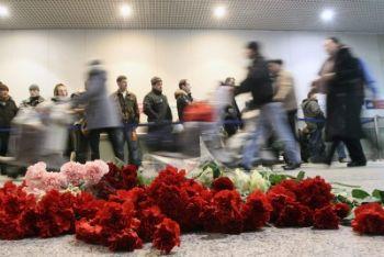 Fiori deposti all'aerporto di Mosca (Foto Ansa)