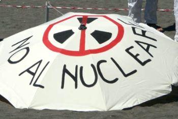 Striscione contro il nucleare (Foto Ansa)