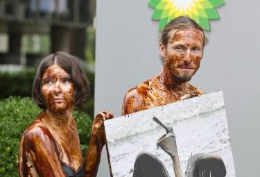 Attivisti di Greenpeace manifestano contro la Bp (Foto: Ansa)