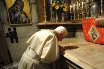 Benedetto XVI al Santo Sepolcro, 15 maggio 2009 (Ansa)