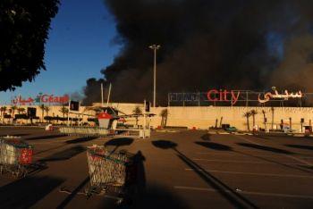 L'incendio di un supermarket a Tunisi