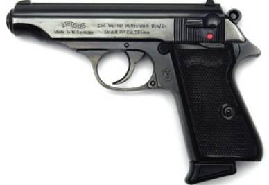 La pistola trovata nella casa del maniaco