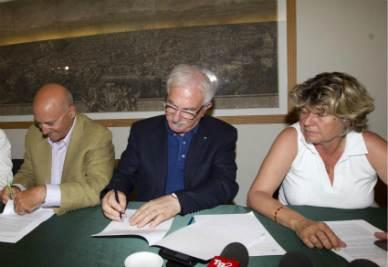 Angeletti, Bonanni e Camusso firmano l'accordo (Foto Ansa)
