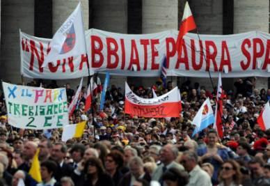 """BEATIFICAZIONE GIOVANNI PAOLO II/  La folla in piazza San Pietro grida ancora """"Santo subito"""""""