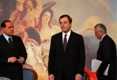Mario Draghi tra Giulio Tremonti e Silvio Berlusconi (Imagoeconomica)