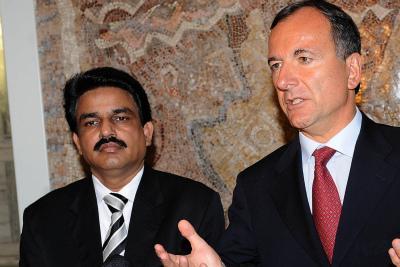 Il ministro Bhatti insieme a Franco Frattini (Foto Ansa)