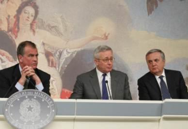 Giulio Tremonti insieme a Roberto Calderoli e Maurizio Sacconi nella conferenza stampa seguita al Consiglio dei ministri di ieri (Ansa)