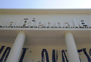 L'installazione di Maurizio Cattelan alla Biennale di Venezia intitolata