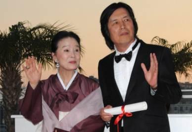 Yun Jeong-hee e Lee Chang-dong premiati a Cannes (Foto Ansa)