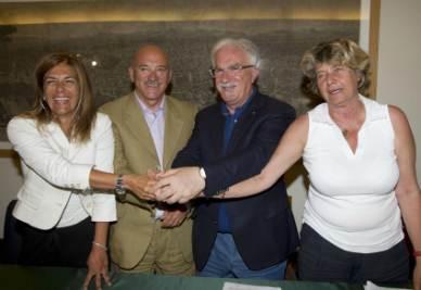 Emma Marcegaglia, Luigi Angeletti, Raffaele Bonanni e Susanna Camusso dopo la firma dell'accordo (Foto Ansa)