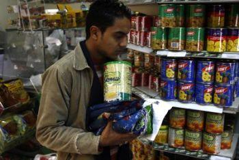 In Egitto si cerca di non restare senza scorte alimentari (Foto Ansa)