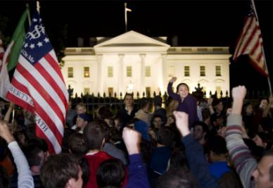 People celebrating the death of bin Laden outside the White House   (photo Ansa)