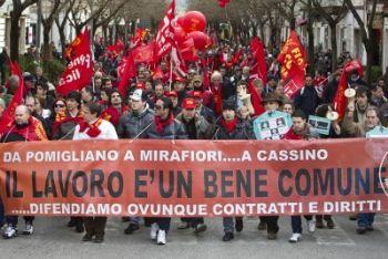 Il corteo della Fiom a Cassino (Foto Ansa)