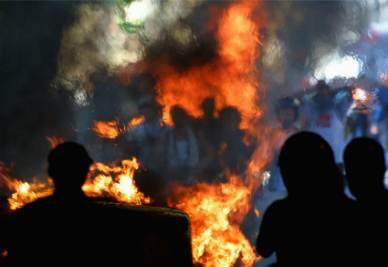 Una foto scattata durante gli scontri di Genova del 2001 (Foto Ansa)