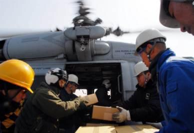 Un elicottero americano pronto a portare aiuti di prima necessità alla popolazione colpita dallo tsunami in Giappone (Foto Ansa)