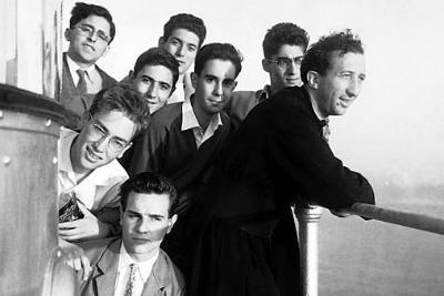 Don Giussani con alcuni studenti (Foto Ansa)