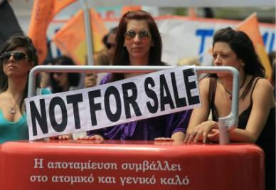 Proteste in Grecia contro il piano di salvataggio richiesto dall'Ue (Foto Ansa)