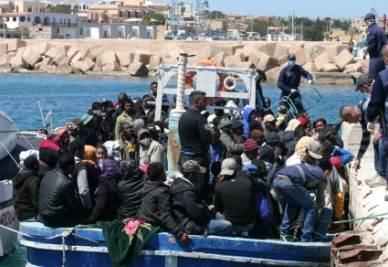 Continuano gli sbarchi a Lampedusa (Foto Ansa)