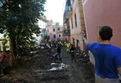 Volontari al lavoro a Monterosso (Foto Ansa)