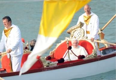 Il Papa sulla gondola, foto Ansa
