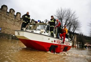 un mezzo anfibio dei Vigili del fuoco in azione a Soave, in provincia di Verona (Foto Ansa)