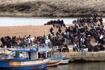 Migranti al Porto di Lampedusa, foto Ansa